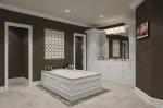Elegancko wyposażone łazienki, jakie głównie projektuje się w domach unowocześnionych.